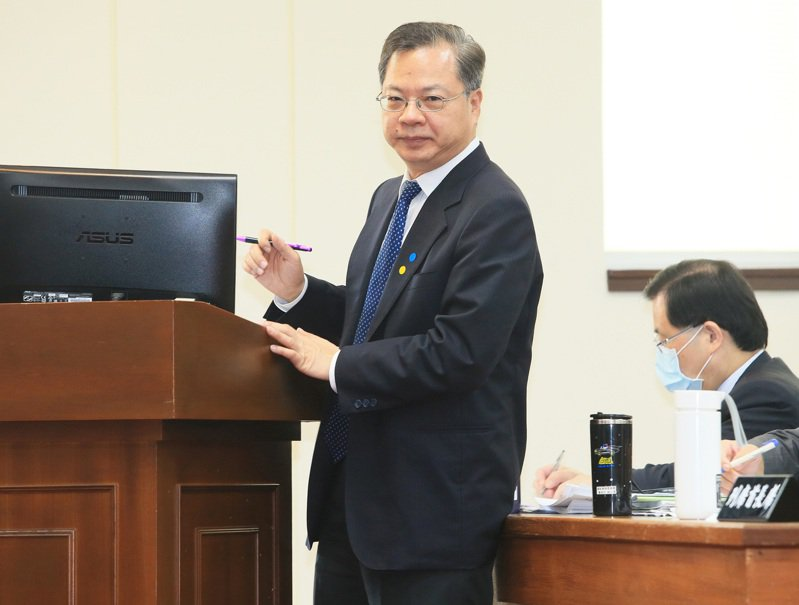 國發會主委龔明鑫(左)出席立法院經濟委員會時表示,會針對「數位創新、人才培力、區域均衡、智慧政府」四大面向,全力打造經濟發展新模式。 聯合報記者潘俊宏/攝影