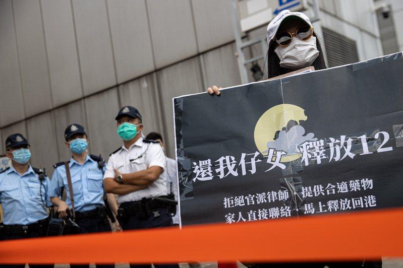 涉非法越境而被中國海警逮捕的12名香港「反送中」運動示威者仍在扣押中。歐新社
