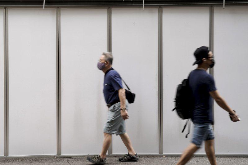 隨著疫情趨緩,新加坡進一步放寬邊境管制,自10月8日起,解除來自澳洲(不含維多利亞州)、越南旅客的入境限制;旅客抵星後,將在機場接受2019冠狀病毒檢測。 歐新社