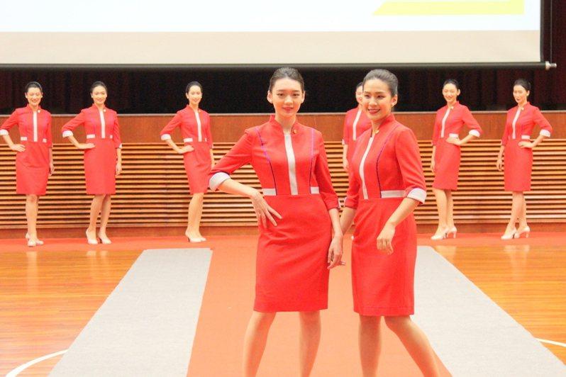 銘傳大學親善服務隊長黃靖雯(前右)表示,她今年已是第3度擔任國慶禮賓,前左為神似賴雅妍的朱家妤。 台灣醒報