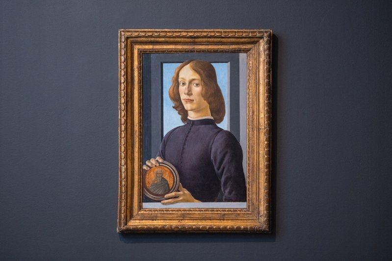 文藝復興大師波提且利畫作「手持圓形聖像的年輕男子」,估價逾24億台幣。圖/蘇富比提供