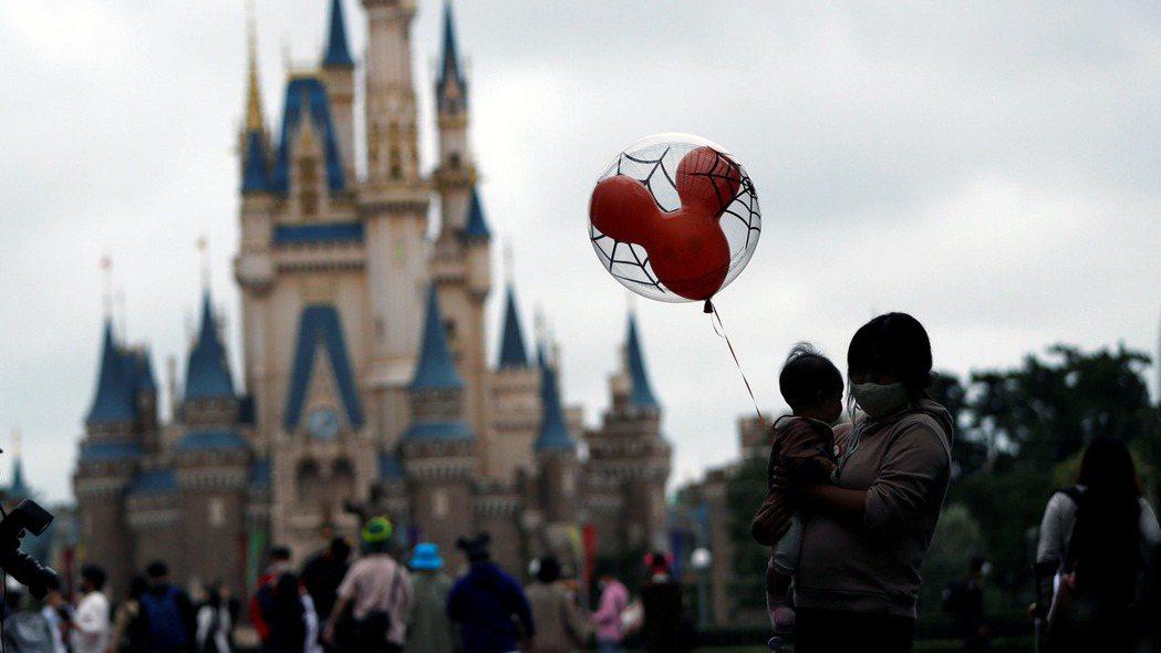 東京迪士尼樂園已經在有限制條件下,重啟營運。  (路透)