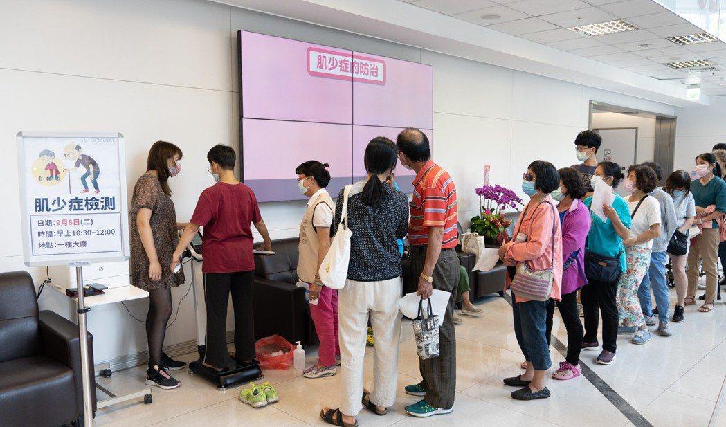 台中市長安醫院免費為民眾檢測有無「肌少症」,兩周以來受檢的百餘民眾有逾3成有肌少...