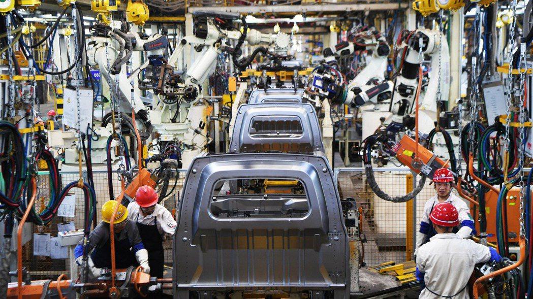 圖為重慶萬州一家汽車廠生產線。新華社