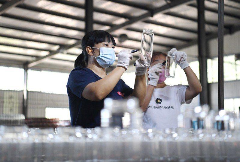 圖為河北省河間市一家工藝玻璃製品廠。新華社