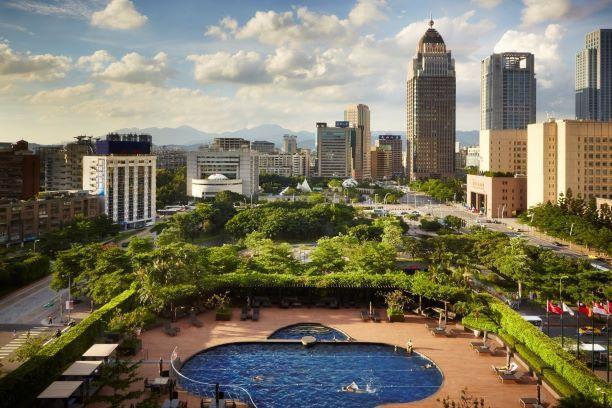 有如城市綠洲的戶外溫水泳池。圖/台北君悅提供