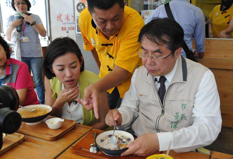 台南市政府為推廣觀光及宣導防疫,邀請米可白(左)擔任防疫大使,由市長黃偉哲(右)擔任美食嚮導。圖/台南市政府提供