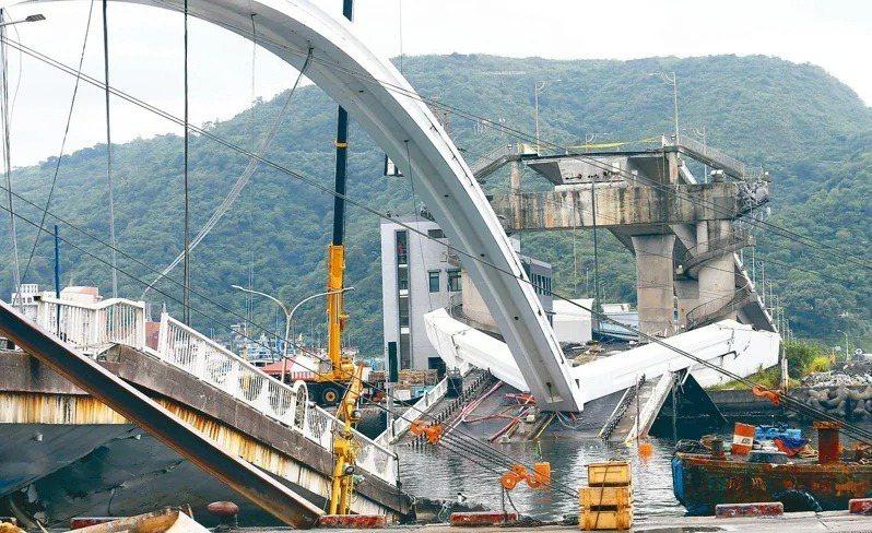 去年10月1日宜蘭南方澳大橋突然斷裂,造成6死。 圖/聯合報系資料照片