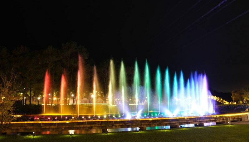 水舞不只讓慈湖入夜後有看頭,也是觀光旅遊進步的指標。圖/桃園市風景管理處提供