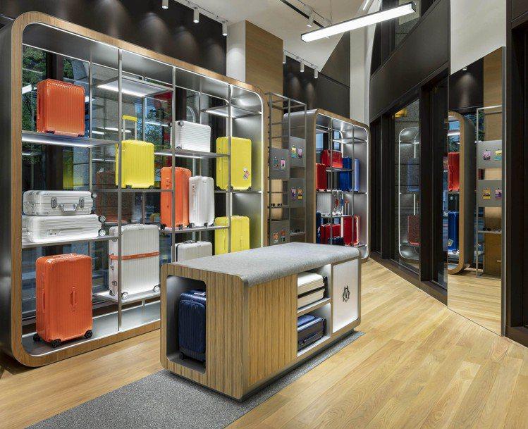 台北全新的RIMOWA專門店,,一改過去未來感的店裝氛圍,採用木質地板和冷調金屬...