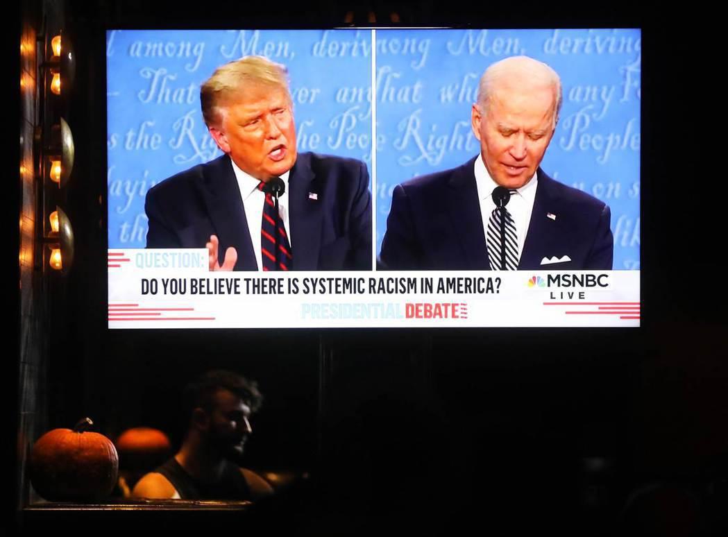 今年美國總統大選首場電視辯論會被稱為有史以來最混亂的辯論,圖左為總統川普,圖右為...