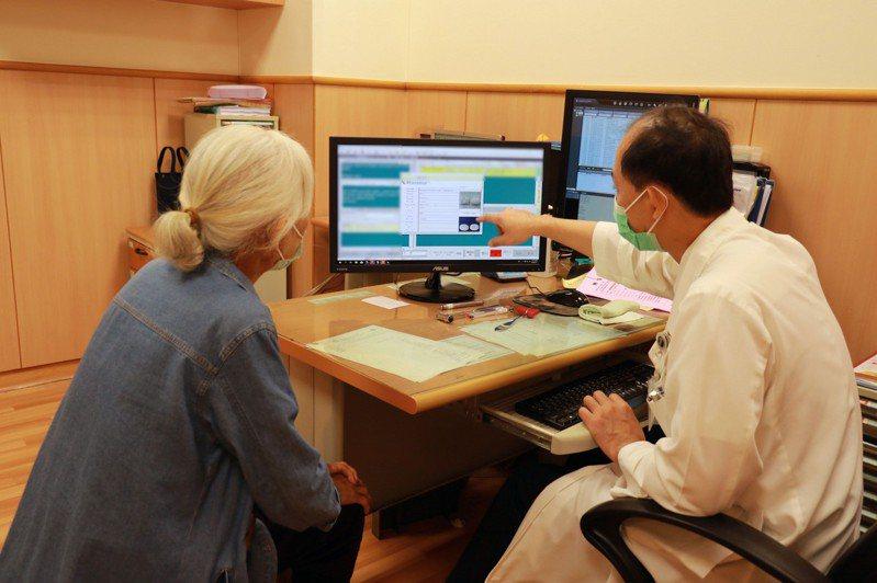 台中慈濟醫院神經科醫師郭啟中臨床診治一位近80歲的急性子長輩,經常心情低落,最後嚴重到喘不過氣而掛急診。(圖中非當事人)圖/台中慈濟醫院提供