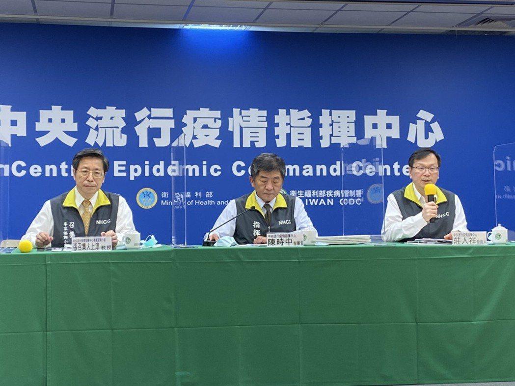 張上淳(左)表示,血清總抗體為檢驗不區分IgM、IgG時,即稱為血清總抗體。記者...
