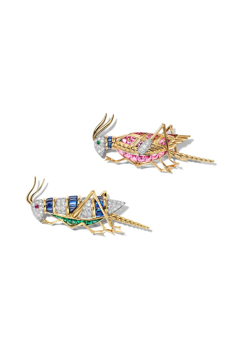 兩只小巧、高彩的蟋蟀以18K金、鉑金為本體,個別鑲嵌粉紅剛玉或藍寶石,靈動且雀躍...