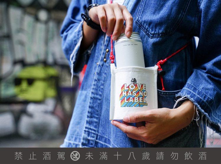 今年特別推出愛無標籤的啤酒保冰套,定價200元,每販售一款將捐出50元給公益團體...