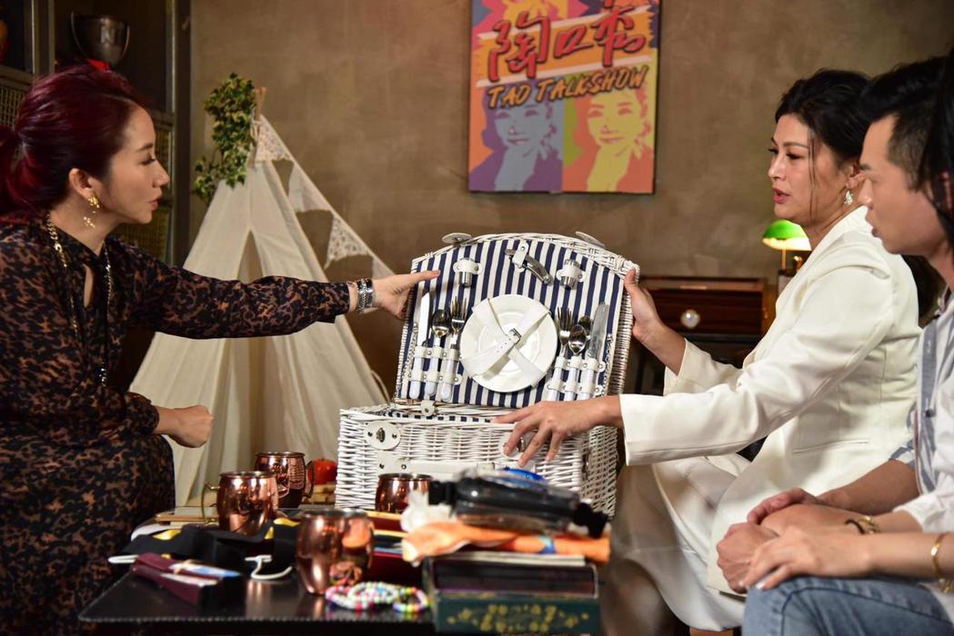 陶晶瑩(左)主持「陶口秀」。圖/泰坦星文創提供