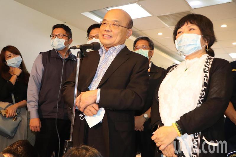 行政院長蘇貞昌(中)今視察高公局交控中心,立委葉毓蘭(右)也出席。記者吳亮賢/攝影