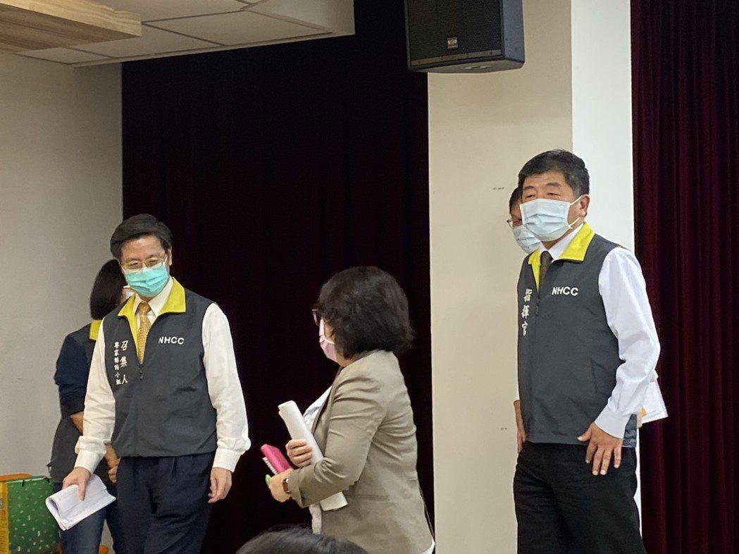 指揮中心專家諮詢小組召集人張上淳(左)表示,無論細胞培養或雞胚胎蛋培養的流感疫苗...