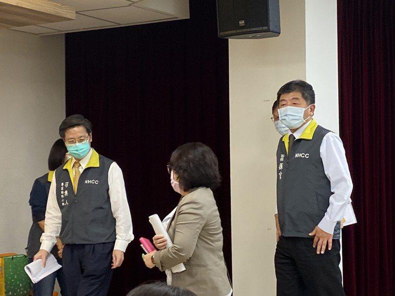 指揮中心專家諮詢小組召集人張上淳(左)表示,無論細胞培養或雞胚胎蛋培養的流感疫苗,效果都是類似的。記者簡浩正/攝影