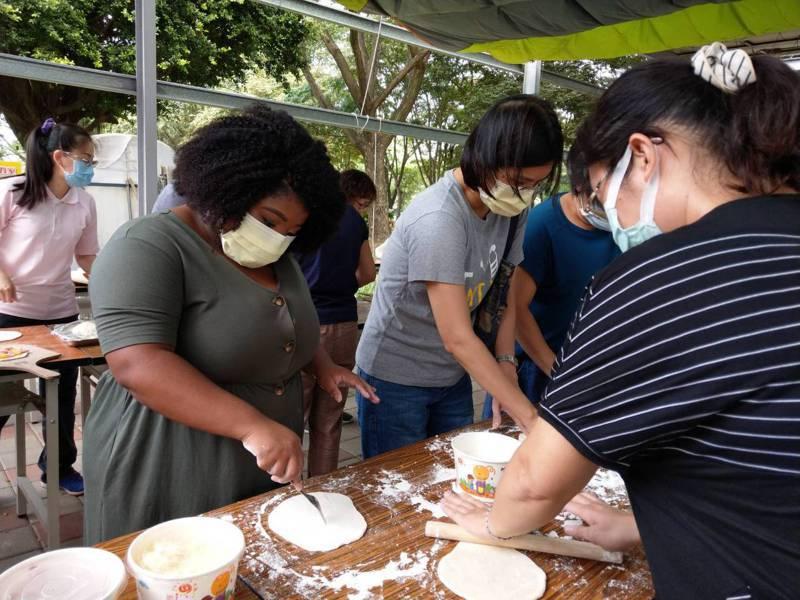 台南市教師組織辦理食農教育研習,老師們體驗手做窯烤披薩。圖/台南市教育產業工會提供