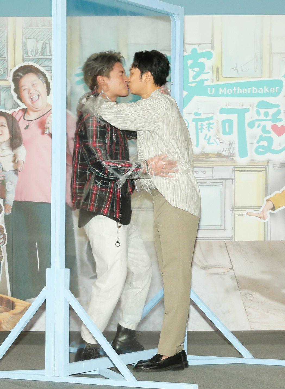 許孟哲(左)、張書偉兌現男男吻承諾。圖/公視提供
