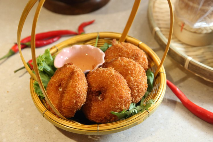 台灣限定推出的「金錢蝦餅佐秘梅醬」,每份260元。記者陳睿中/攝影