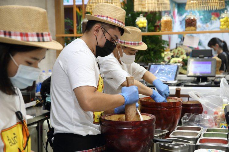 頌丹樂的青木瓜沙拉,均是透過搗拌的手法入味。記者陳睿中/攝影