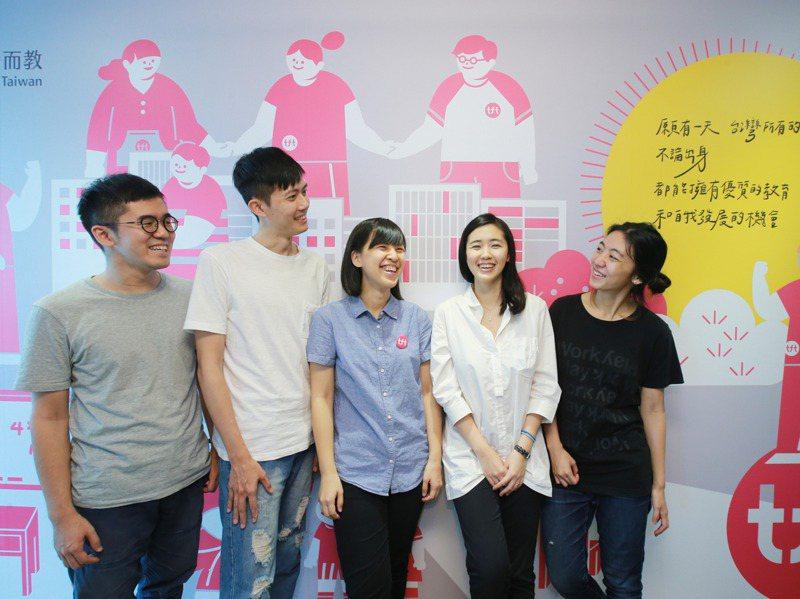 專訪「為台灣而教」基金會創辦人劉安婷(右二)與Teach for Taiwan團隊。記者許正宏/攝影
