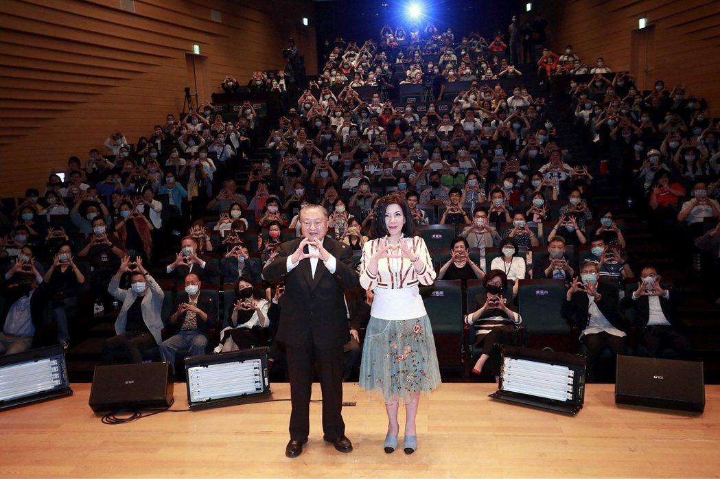 陳文茜(右)引領全場比出地球保護手勢大合照。圖/中天新聞台提供