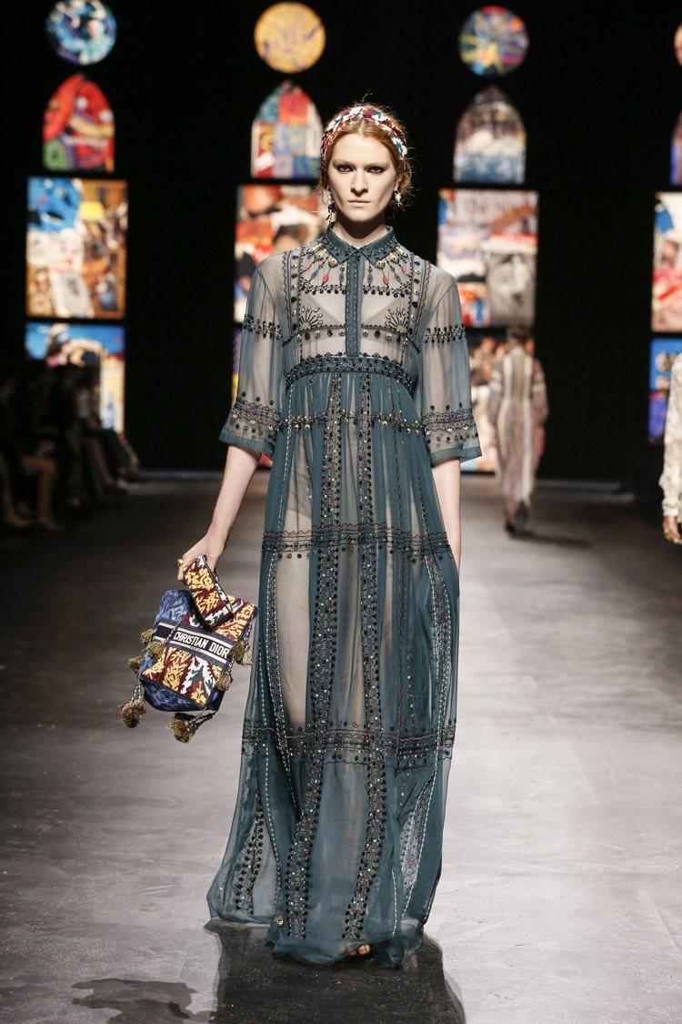 飾以串珠刺繡的真絲雪紡長洋裝,以淺霧藍、深赭和淡橙色設計。圖/DIOR提供