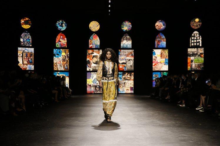 當代皮革搭襯飄逸長洋裝,表現出女性多層次的情感與樣態。圖/DIOR提供
