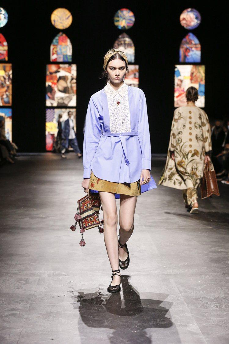 以男性襯衫元素為設計的襯衫式洋裝,為DIOR具代表性的輪廓。圖/DIOR提供