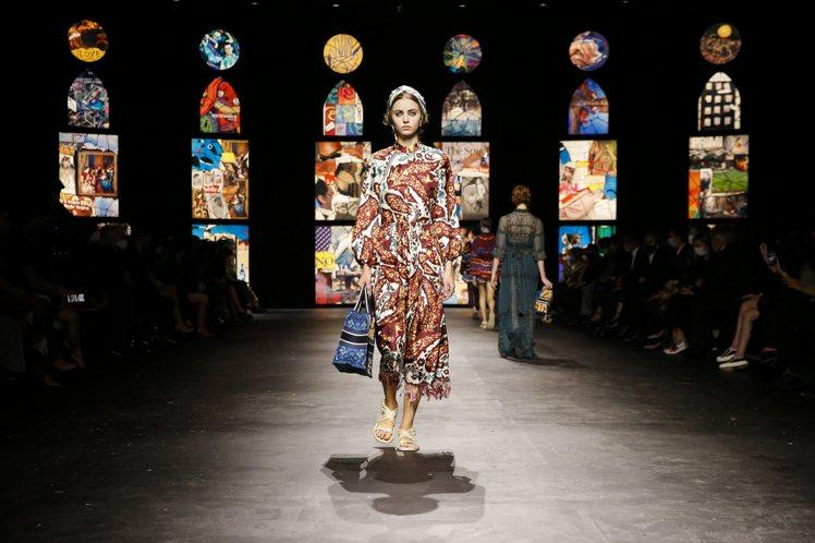 各式各樣的印花長衫與低腰線的垂墜感,是2021春夏女裝的主要造型之一。圖/DIO...
