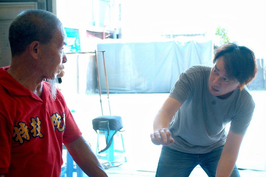 「神之鄉」 王識賢(右)向阿海師討教陀螺技巧。圖/東森提供