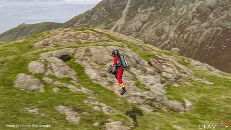 這套裝備的最快速度每小時可達51公里,高度限制為約3658公尺,代表救難人員可以輕易越過海拔1000公尺以下的山峰。YOUTUBE/Gravity Industries
