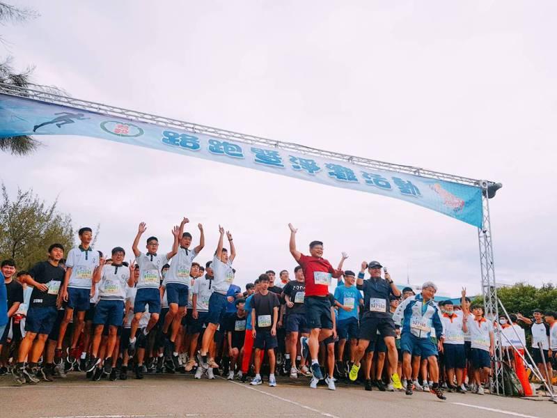 苗栗縣竹南鎮君毅中學1500名學生今天路跑、淨灘、參訪,上了特別一課。圖/君毅中學提供
