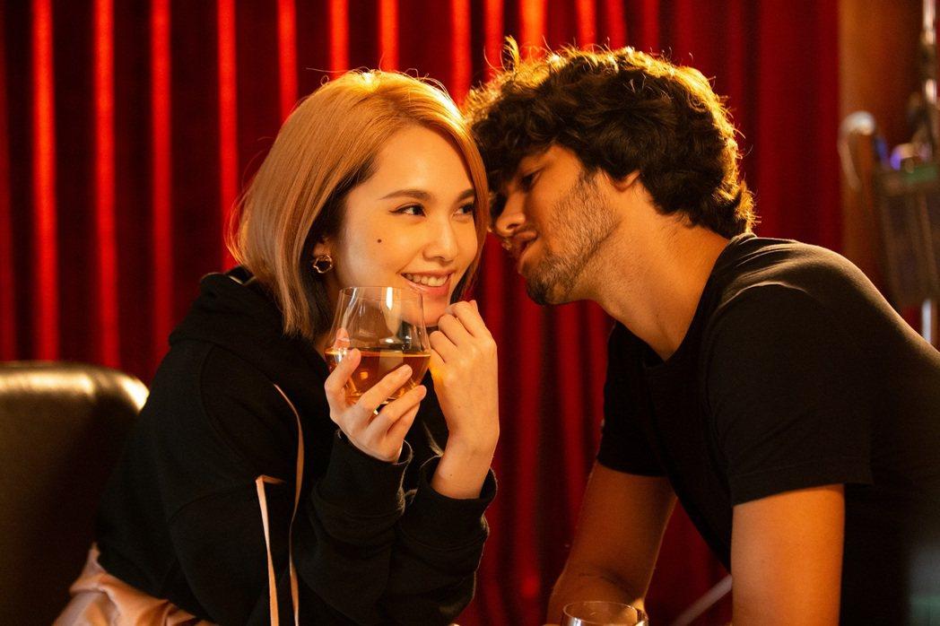 楊丞琳(左)在MV中和帥氣男模有許多親暱互動。圖/EMI提供