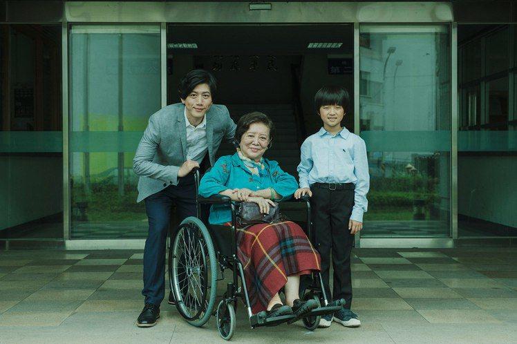 陳淑芳(中)今年以「親愛的房客」入圍金馬獎女配角,也以其他影片獲影后提名,是演員...