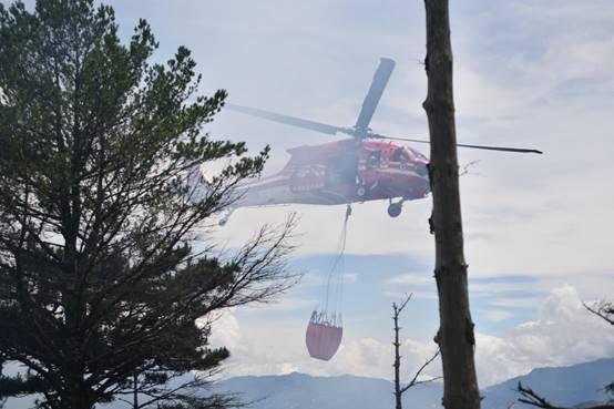 空勤總隊協助空中灑水搶救。圖/林務局提供