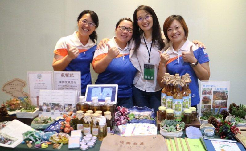 「復興食農」團隊與青年局長顏蔚慈合影。圖/桃園市青年事務局提供