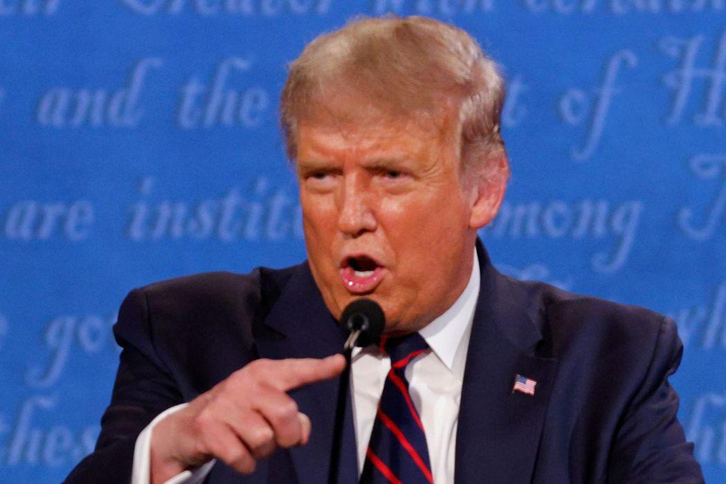 美國總統川普在第一場總統大選辯論會上火力全開,頻頻攻擊對手拜登。路透