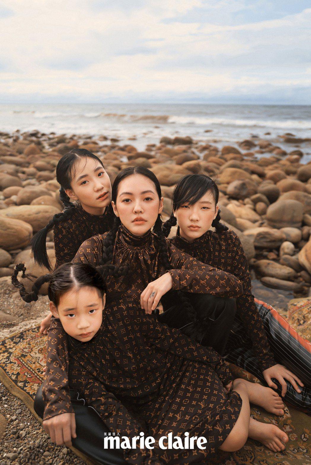 小S(中)與3個女兒一起拍攝時尚雜誌封面。圖/Marie Claire美麗佳人提