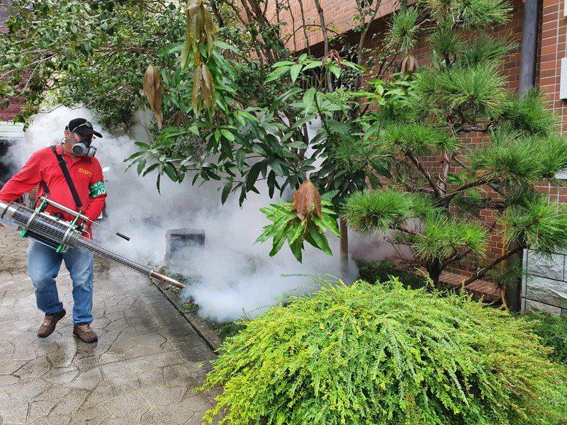 衛生局派員進行環境孳生源清除與預防性噴消。圖/新北衛生局提供