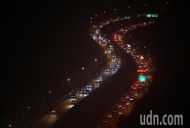 明天開始中秋連假,各國道今天下午出現壅塞車流,其中國5南向晚間車速明顯變慢,部分路段甚至出現定點情形。記者胡經周/攝影