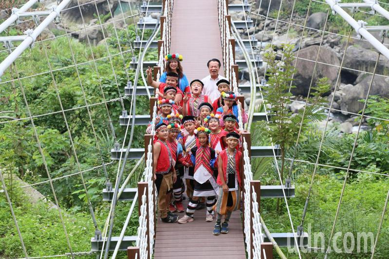 嘉義縣阿里山鄉達娜伊谷吊橋,歷經9個月整修,下午重新啟用。圖/縣府提供