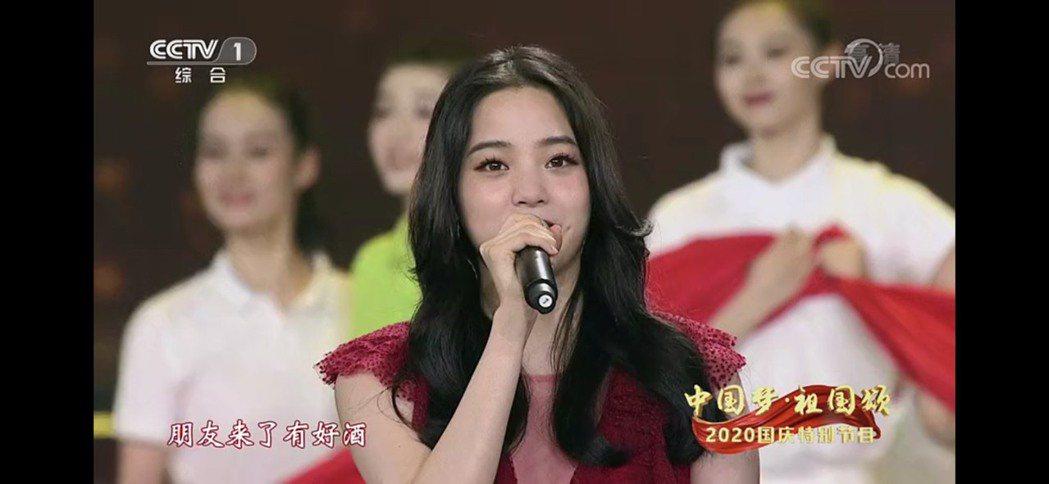 台灣藝人歐陽娜娜今在央視高歌,慶祝「十一」。圖/取自央視截圖