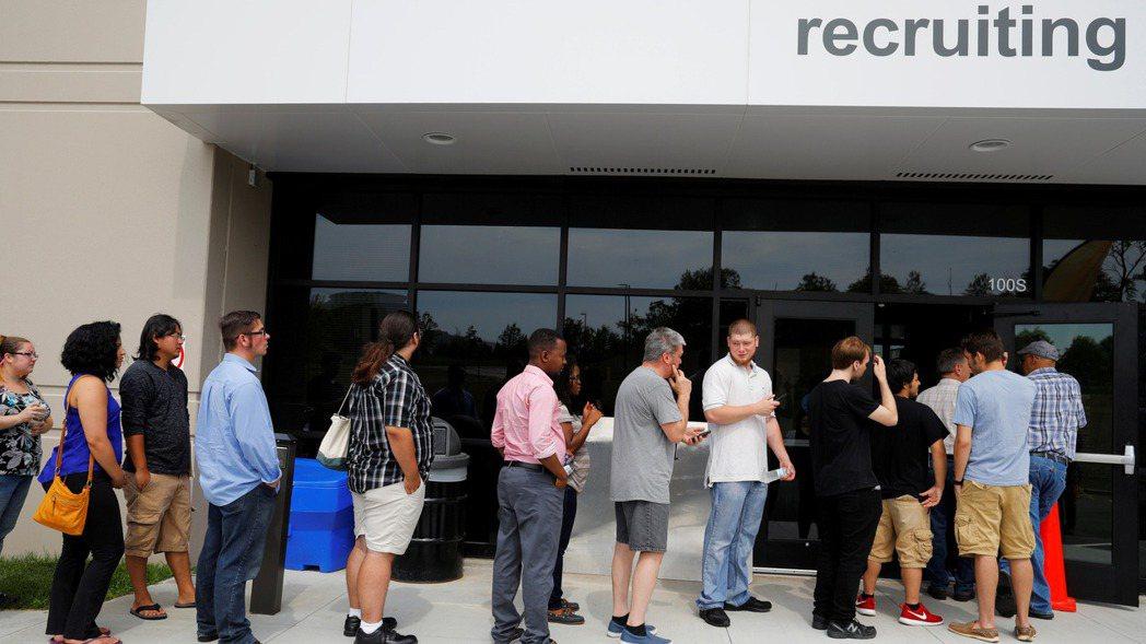 美國經濟第2季萎縮31.4%,寫下歷來最劇烈減幅。 路透