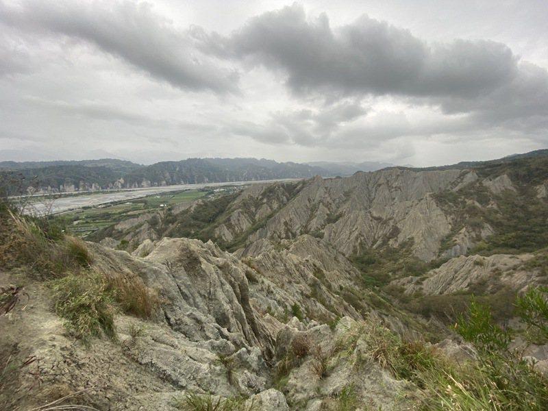 利吉惡地地質被譽為「台東地質國寶」,為菲律賓海板塊與歐亞大陸板塊碰撞擠壓後,經歷長時間風化、雨蝕,地表沖刷成一條條雨蝕溝。記者尤聰光/攝影
