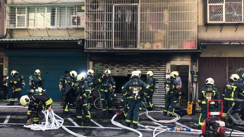 發生天災、地變、人禍,消防員總在第一時間衝向現場救援,工作勞累且置身險境。 圖/聯合報系資料照片