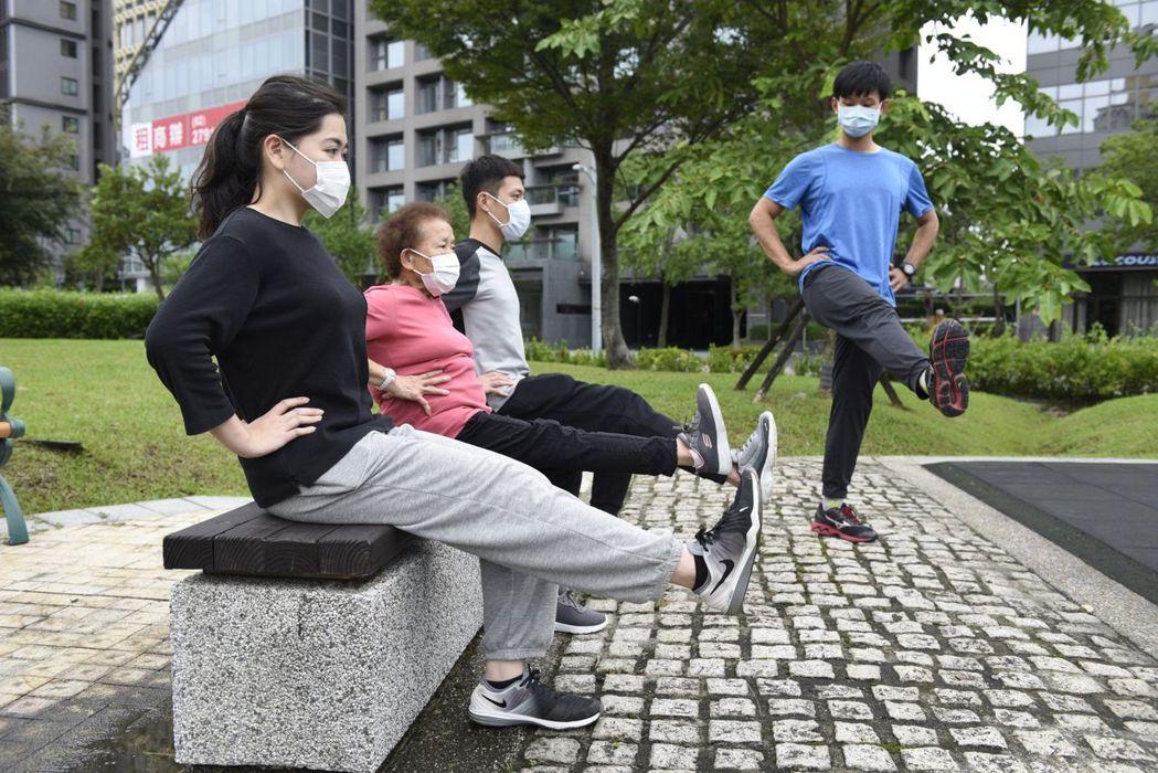 2椅子式:坐在公園的座椅或石凳上,進行單腳抬腿伸膝動作,訓練腹部及下肢肌力。...